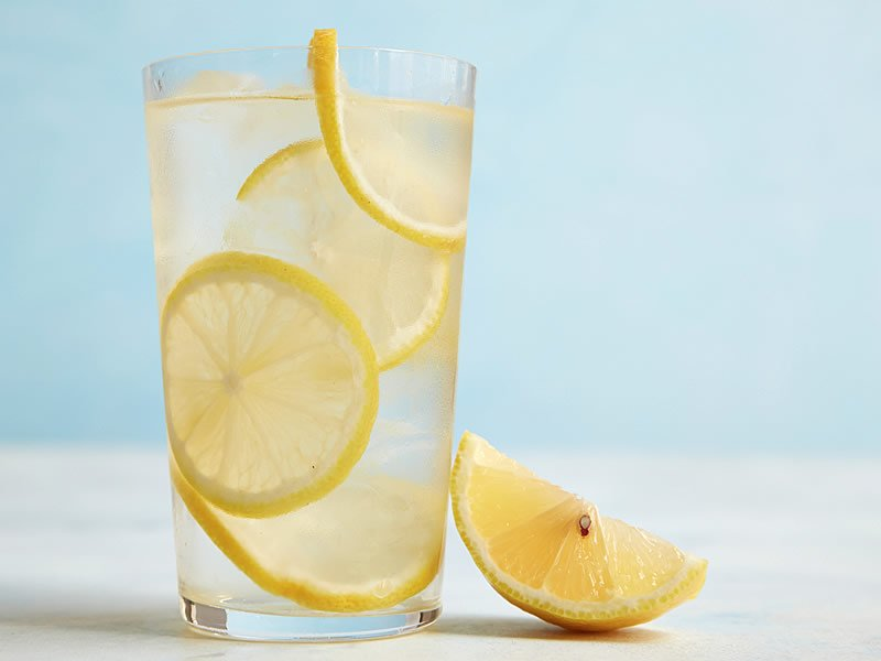Ilık limonlu su içmek adet söktürür mü? Nasıl yapılır? Günde kaç bardak içilmeli?