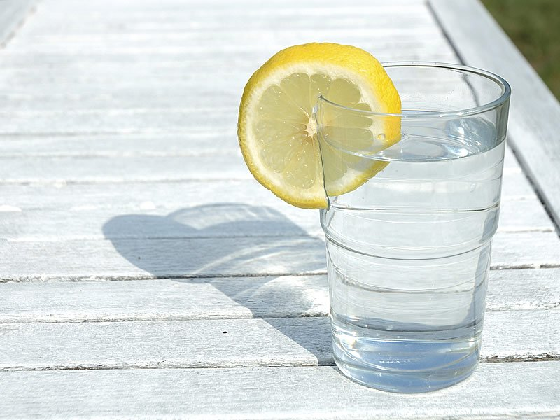 Limonlu su zayıflatırmı? Faydaları ve diyeti