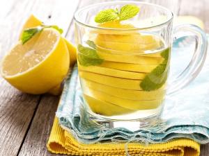 Aç Karnına Limonlu su İçmenin Zararları Nelerdir? Mideye Zarar Verir mi?