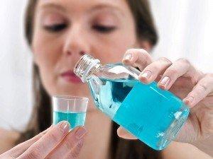 Ağız çalkalama suyu nedir? Ne işe yarar? dişleri beyazlatır mı? İçeriği, kullanımı, faydaları ve zararları