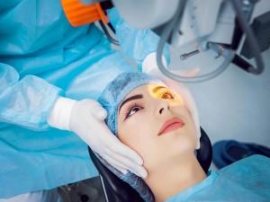 Göz rengi değiştirme ameliyatı nasıl yapılır? Riskleri ve zararları