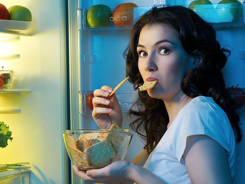 Yatmadan önce yemek yemek kilo aldırırmı? Gece yemek yemenin zararları